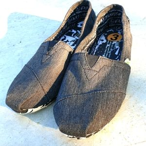 NEW Tom's kid's earthwise recyclable canvas shoes